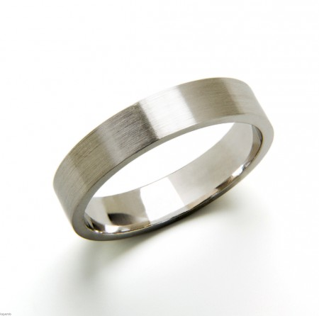Wedding ring with white gold