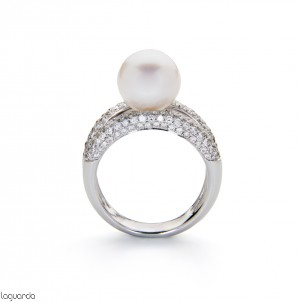 White gold ring with pearl and natural diamond