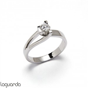 Solitaire with white gold and natural diamond